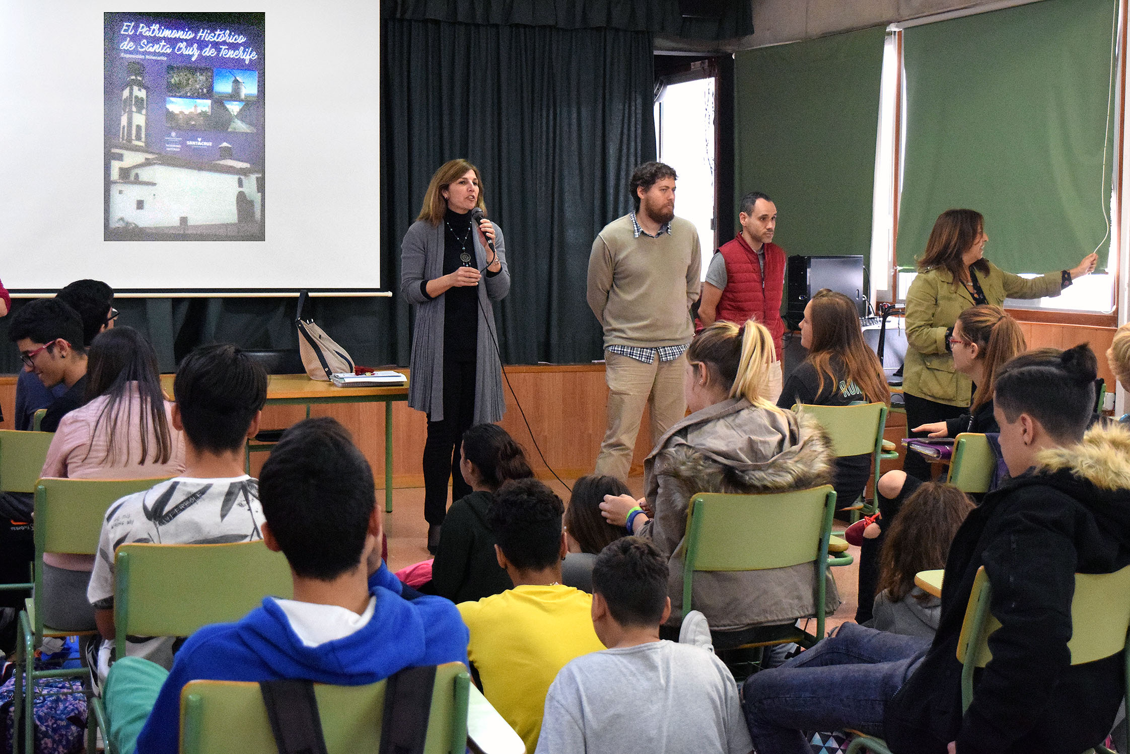 Alumnos en la exposición sobre patrimonio histórico de Santa Cruz
