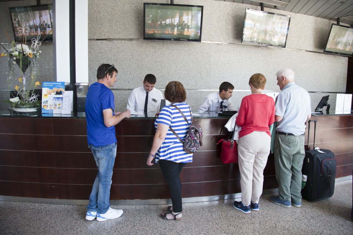 Recepción de un hotel con turistas