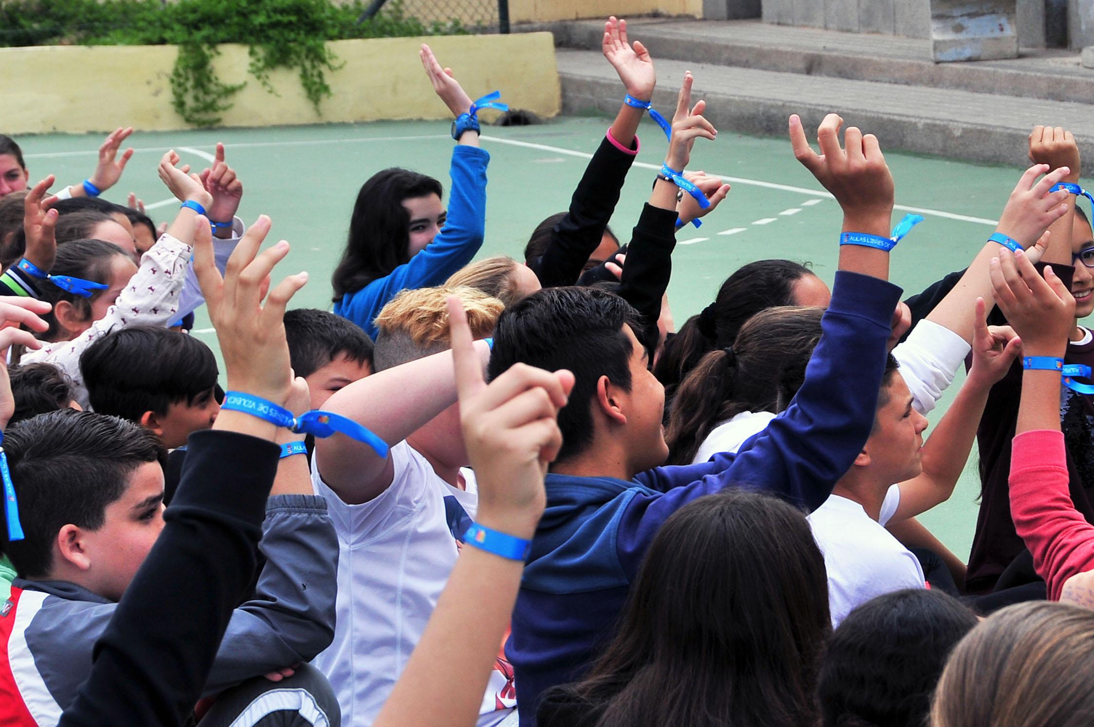 Niños con pulseras contra el acoso escolar