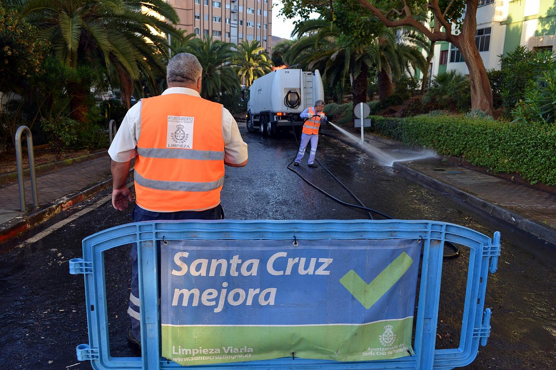 Limpieza en las caller Nuevo Obrero de Santa Cruz de Tenerife