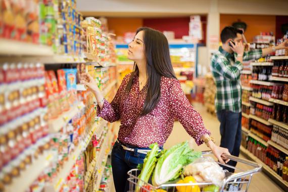 Una mujer haciendo la compra en un supermercado