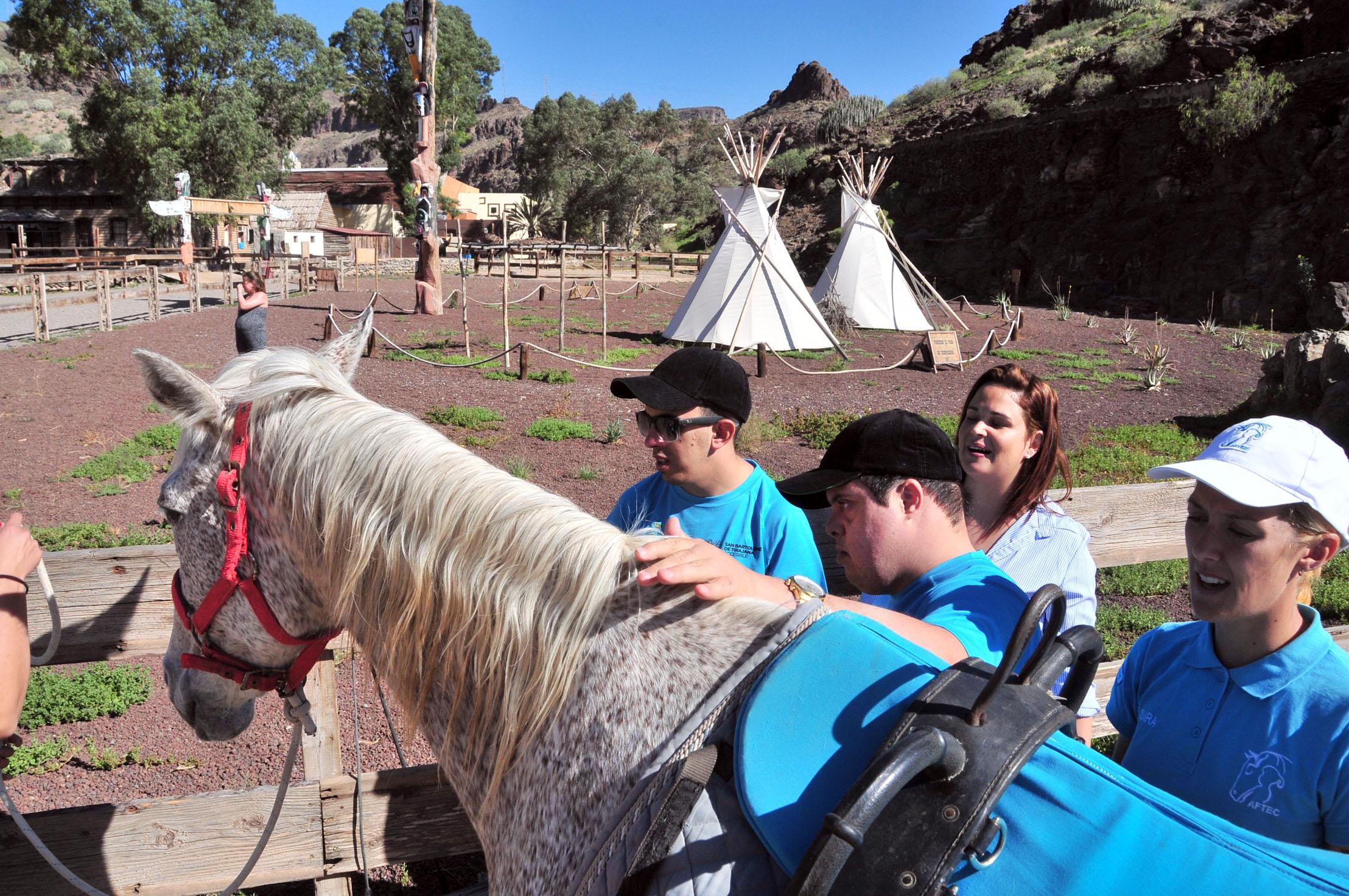 Niños con un caballo