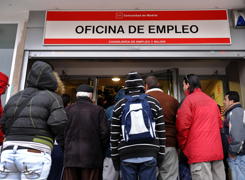 El paro en marzo baja en 16 comunidades aut nomas y s lo for Oficina de empleo de albacete