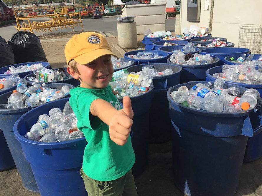 Ryan Hickman reciclando botellas