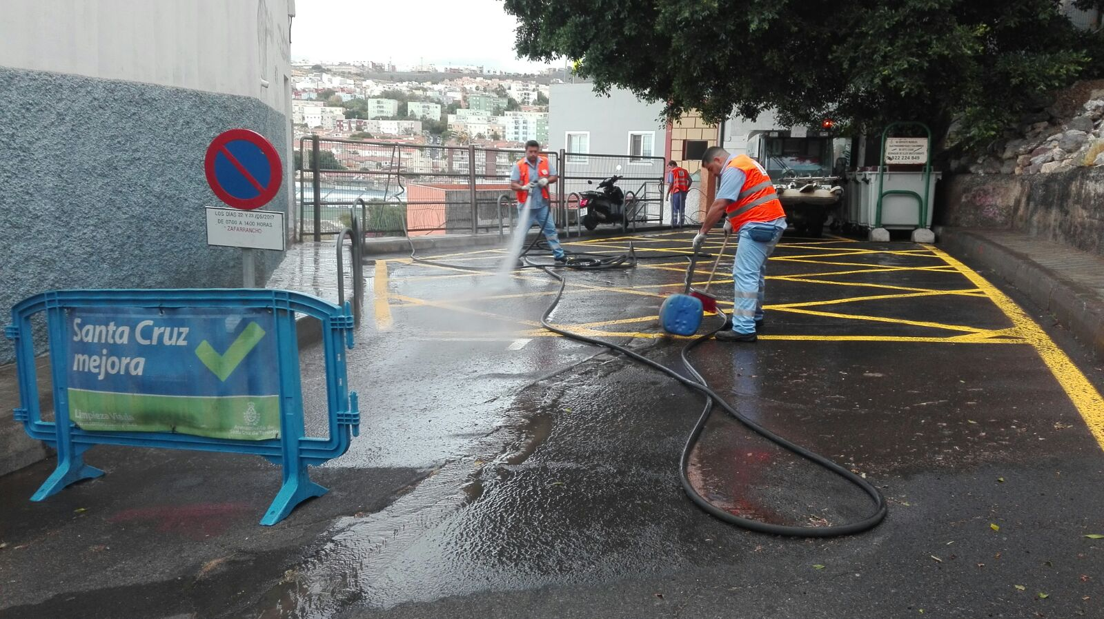 Operario de limpieza limpiando la calle en Barrio Nuevo de Santa Cruz de Tenerife