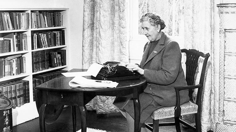 Agatha Christie escribiendo en su máquina de escribir