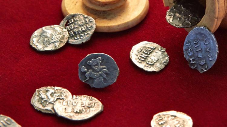 Pieza de ajedrez con monedas dentro encontradas en Moscú
