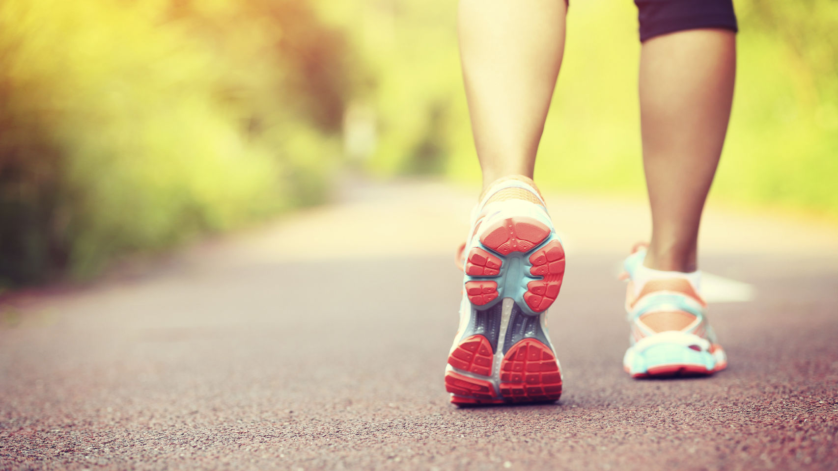 Unos pies andando