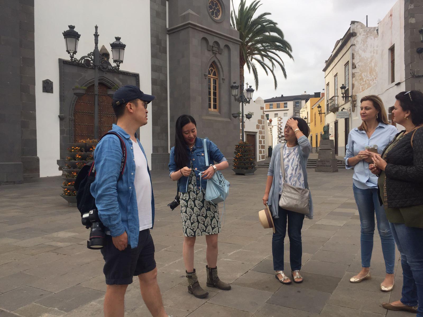 Celeste López con  periodistas chinos