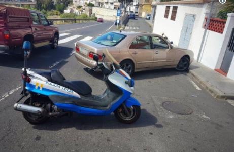 Coche parado y moto de la Policía Local de Las Palmas de Gran Canaria