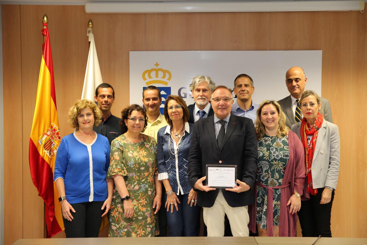 El consejero con el premio y el grupo de Atención Primaria