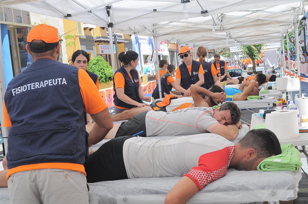 Fisioterapeutas atendiendo a un corredor en la Transvulcania