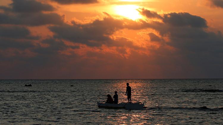 Un barco con pescadores