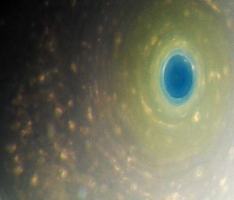 Color real de Saturno