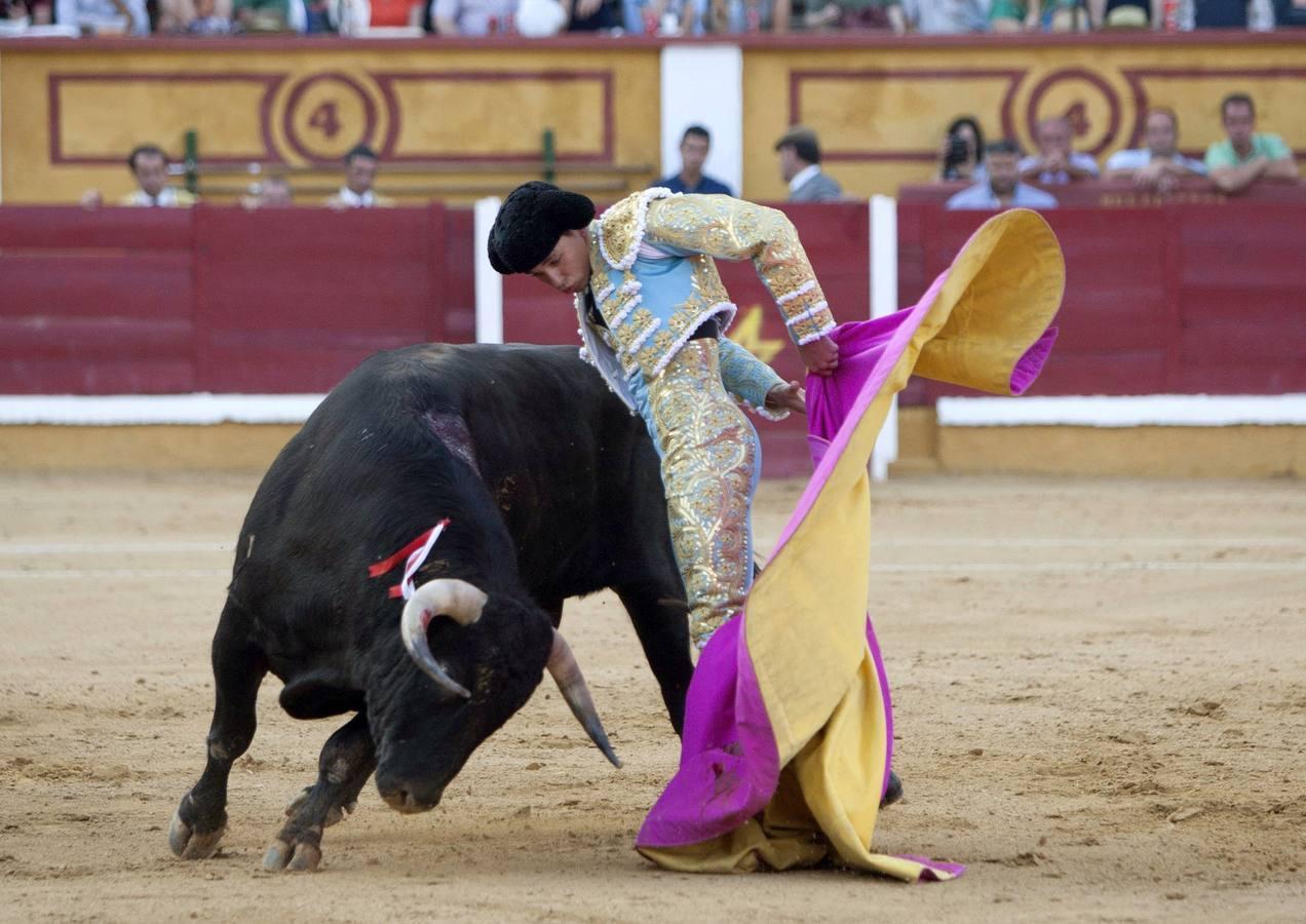 Un torero y un toro en la plaza