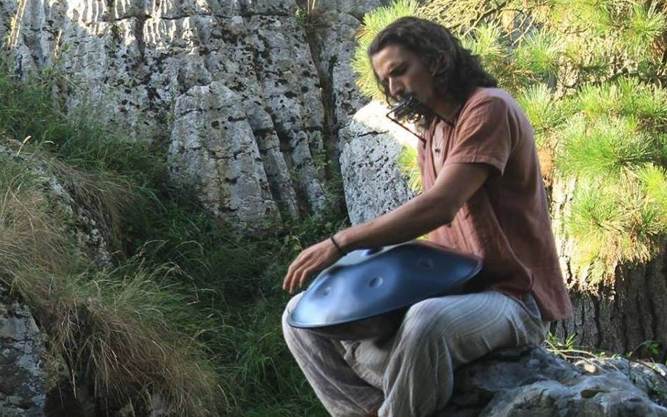 Un hombre tocando música alternativa