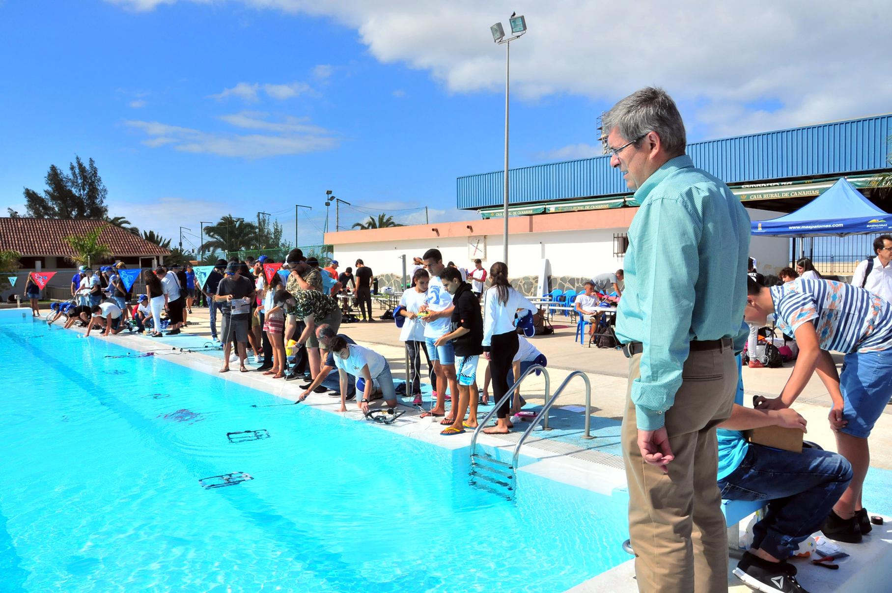 100 robots acuáticos en la Piscina Municipal de San Fernando