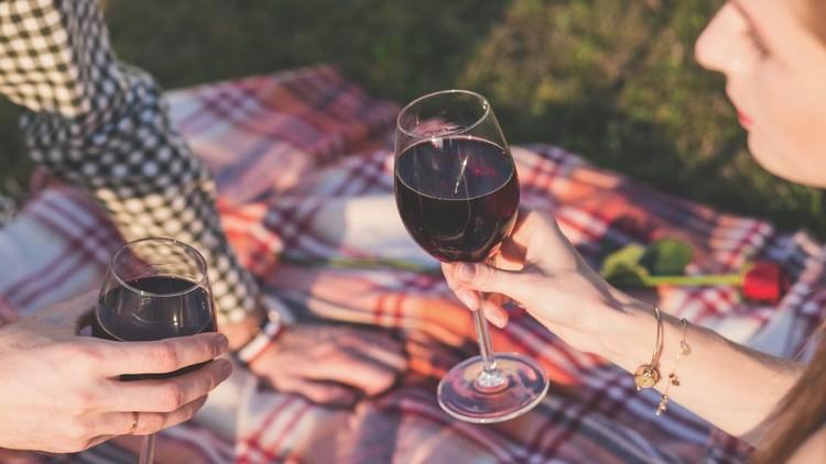Una pareja bebiendo vino