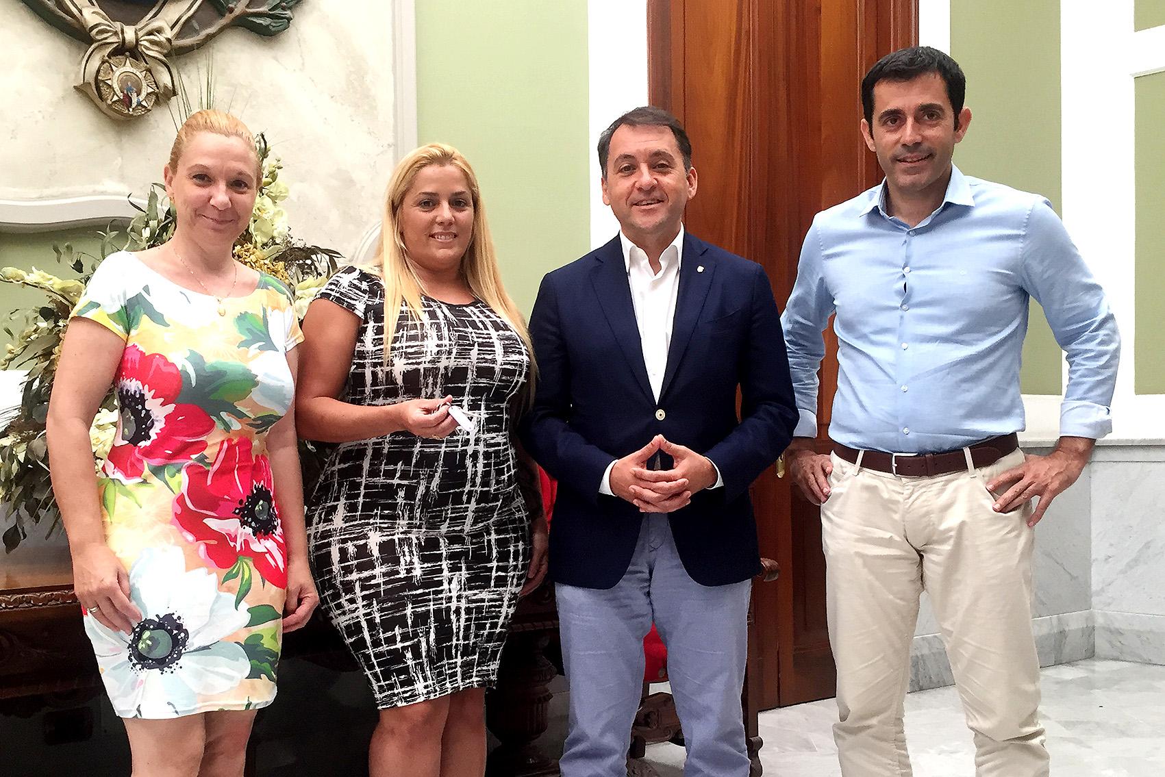 El alcalde de Santa Cruz de Tenerife, José Manuel Bermúdez en la cesión del local en Gladiolo