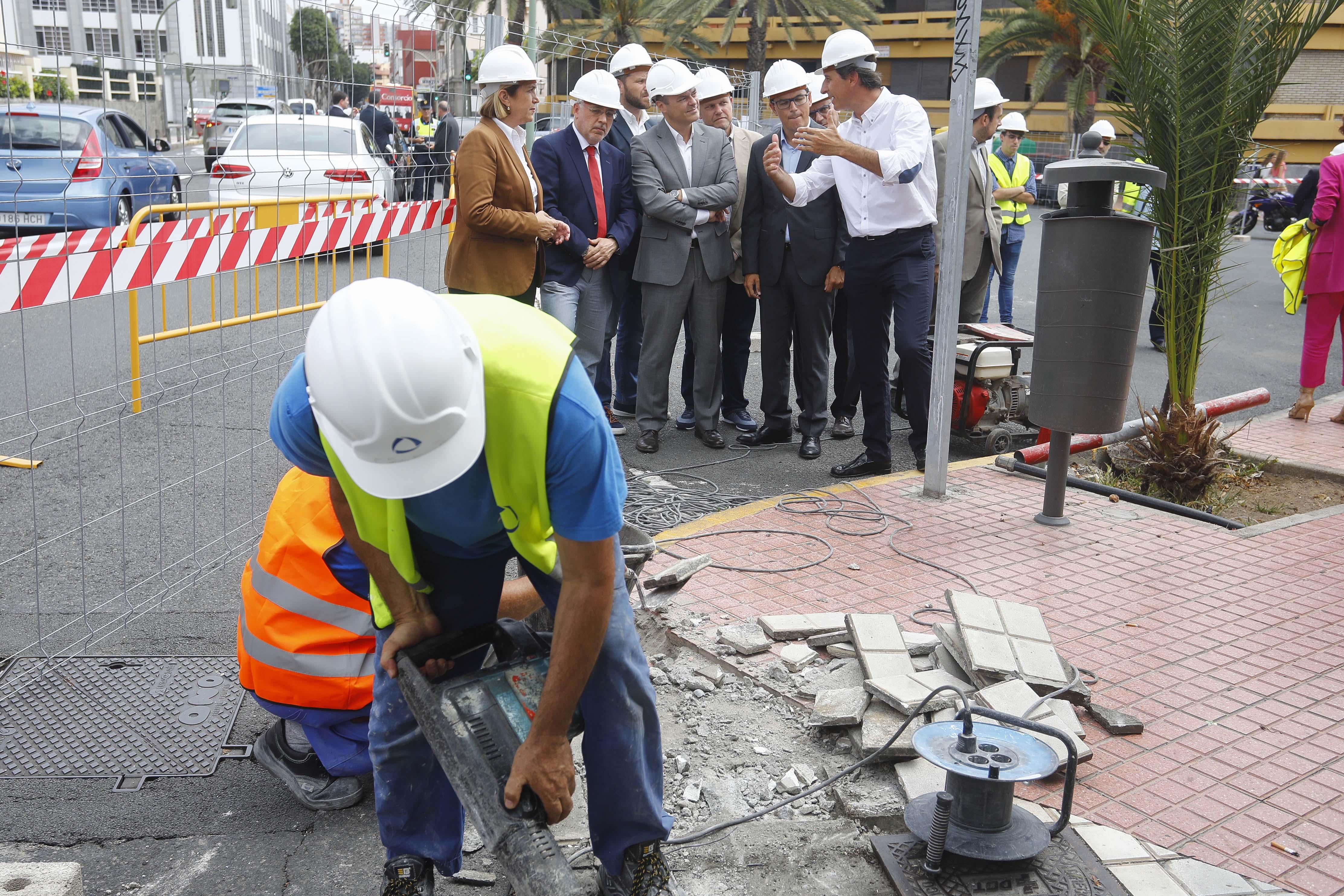 Operarios en la obra de la MetroGuagua