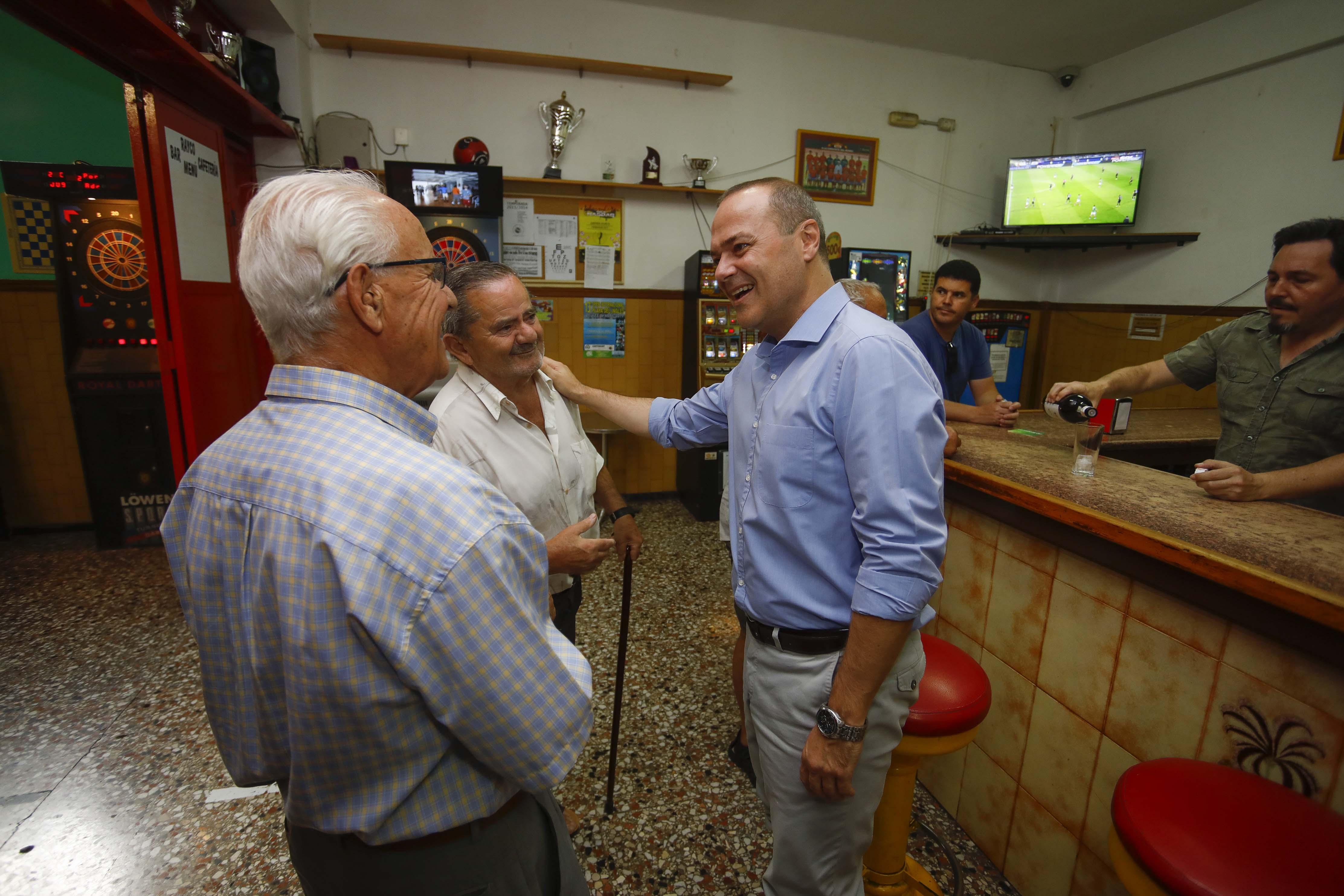 El alcalde de Las Palmas de Gran Canaria, Augusto Hidalgo con vecinos de Tamaraceite