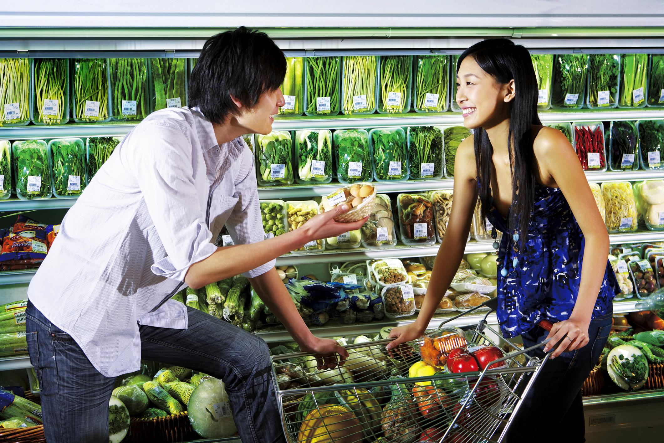 Una pareja de chinos comprando en un supermercado