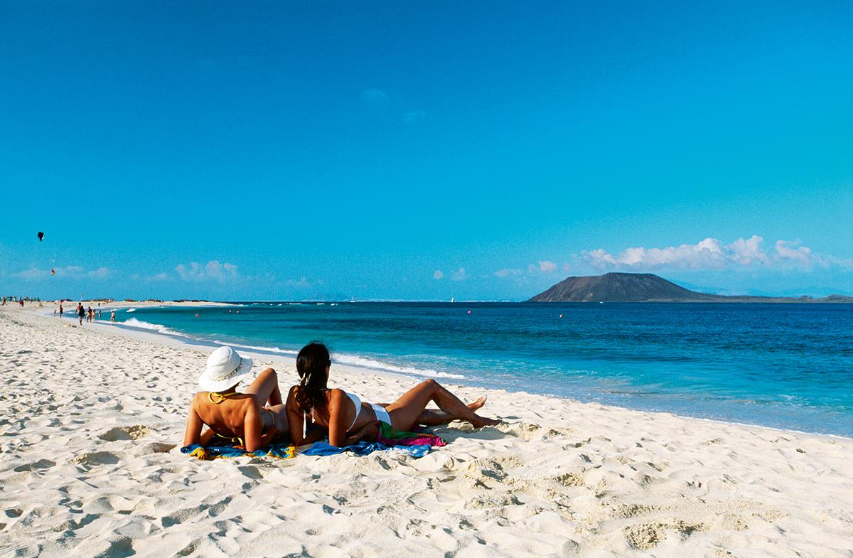 Dos mujeres tumbadas en una playa de Fuerteventura