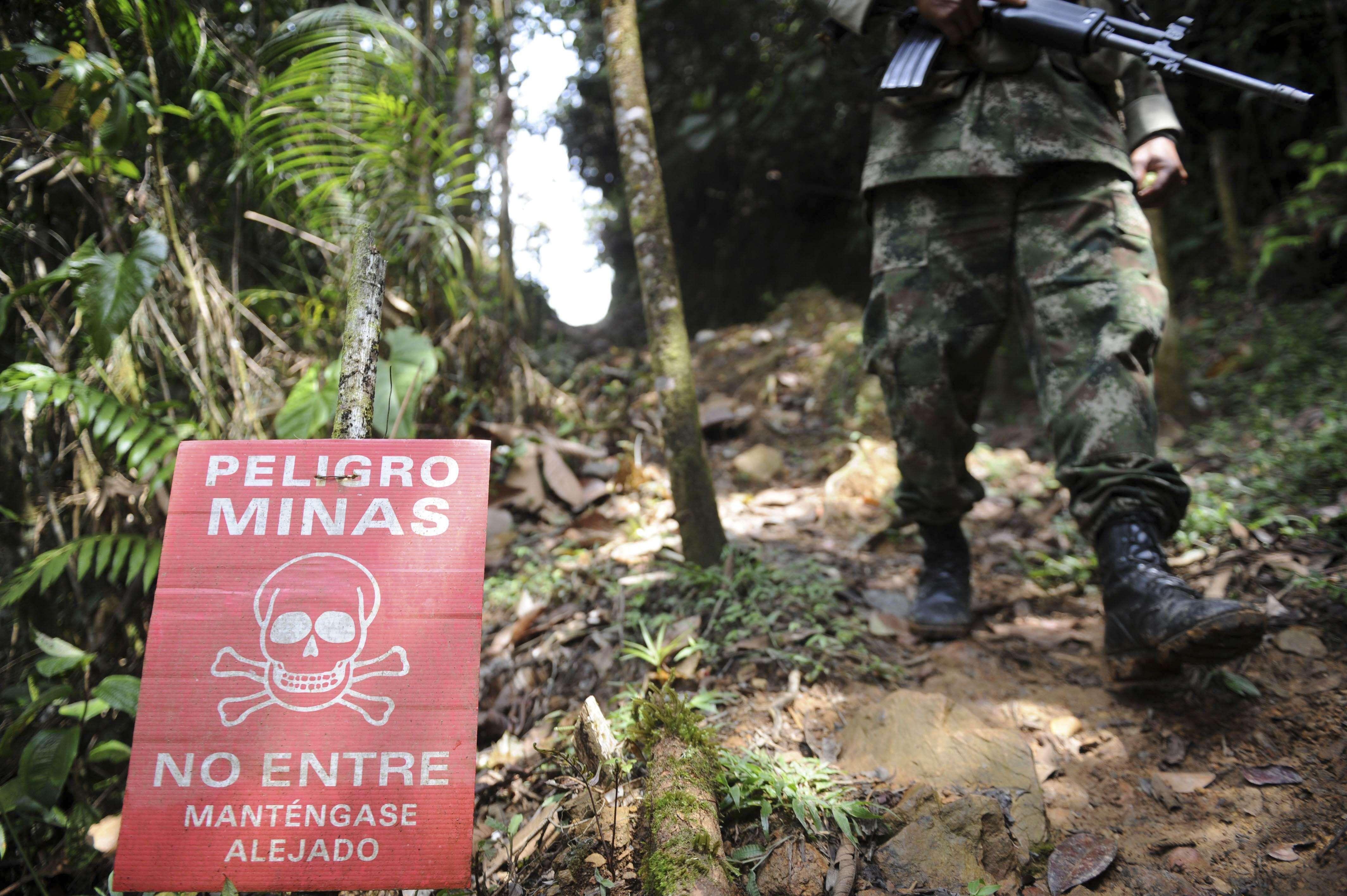 Cartel de minas y un soldado