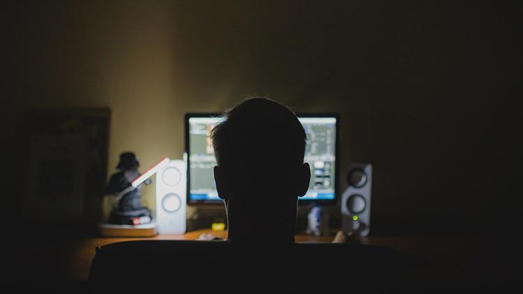 Una persona delante del ordenador de noche