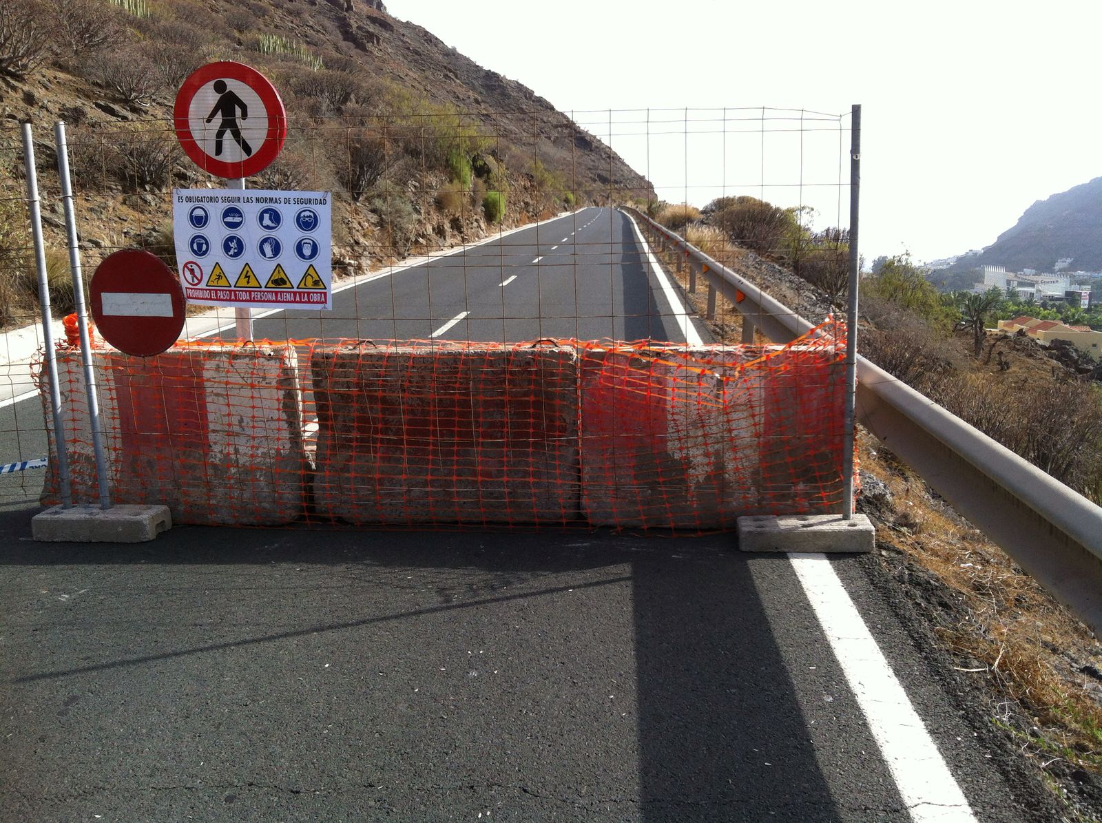 Carretera cortada con vallas