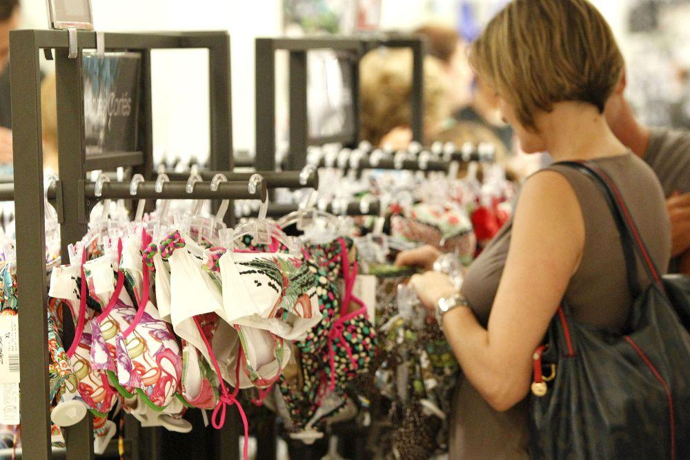 Una mujer comprando