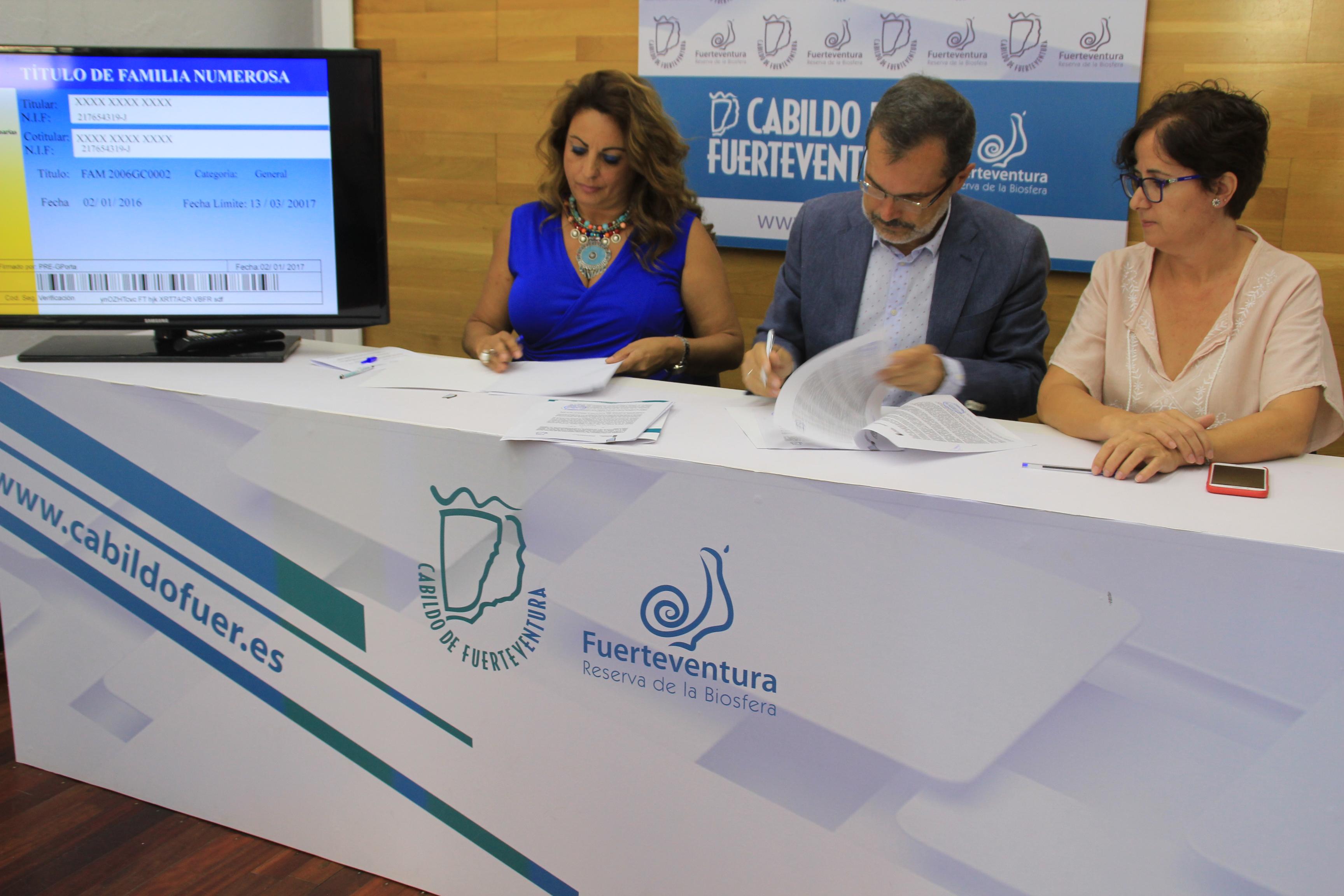 Firma del convenio de familia numerosa en Fuerteventura