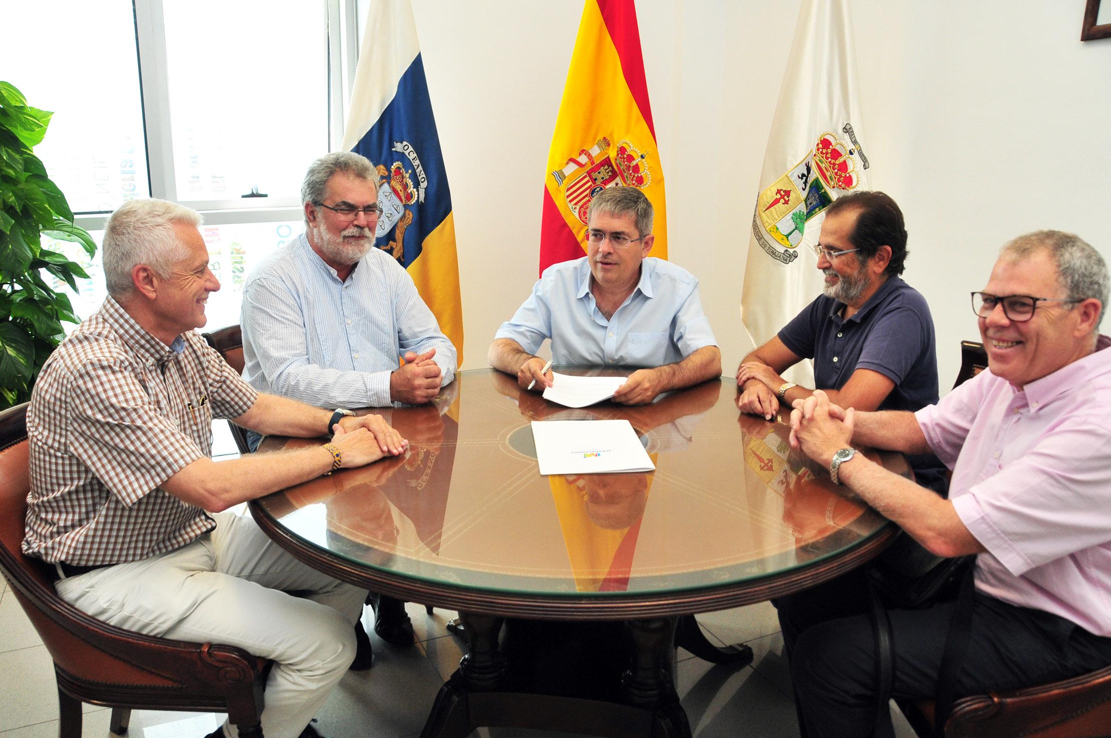 Marco Aurelio Pérez firma convenio con veterinarios