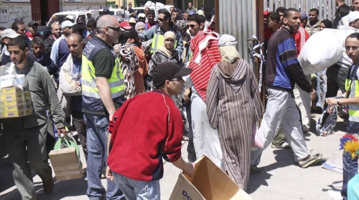 Personas en el Paso de Ceuta