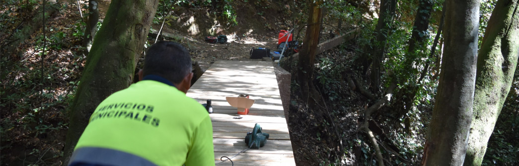 Obrero reparando el puente