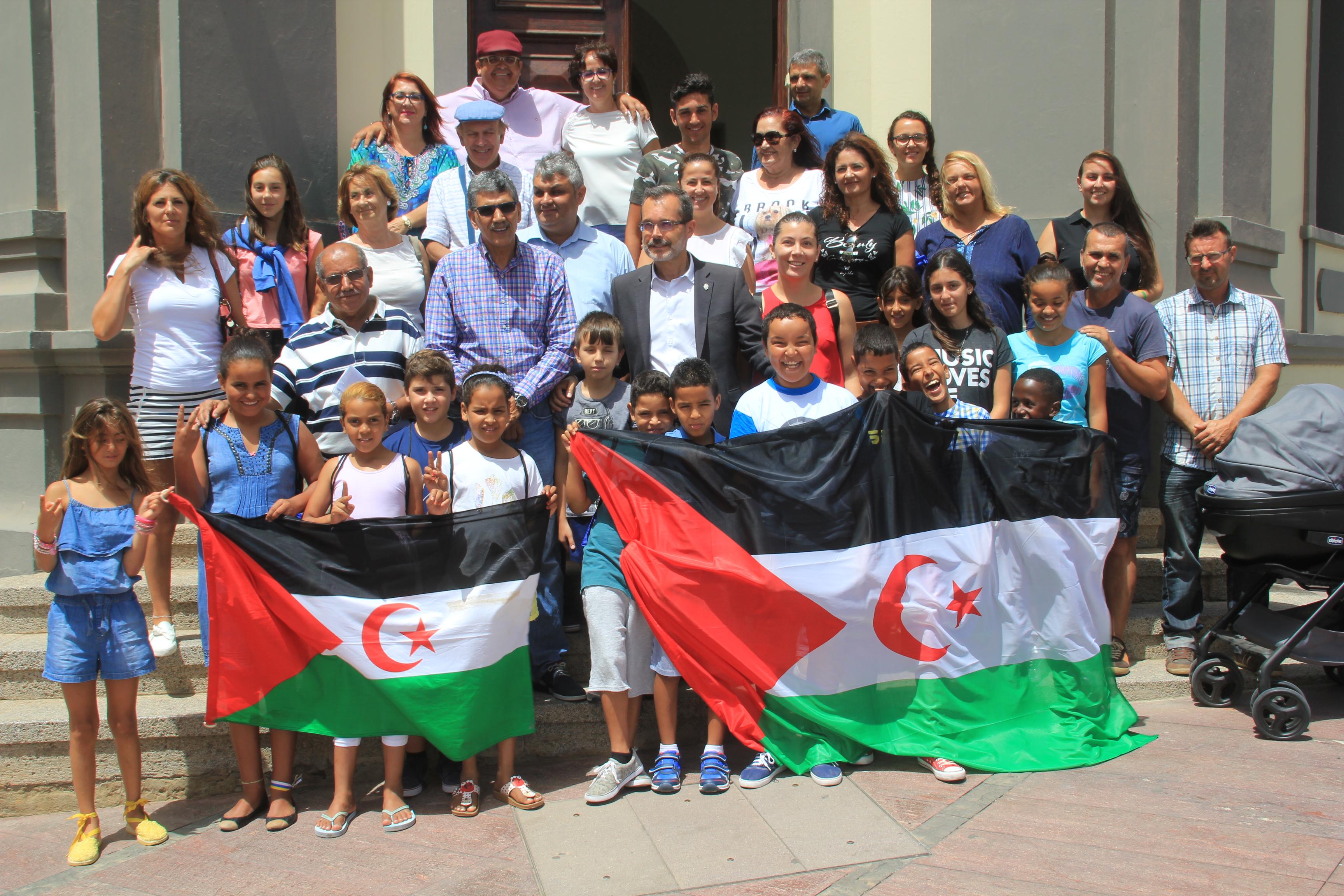 Marcial Morales con los niños saharauis