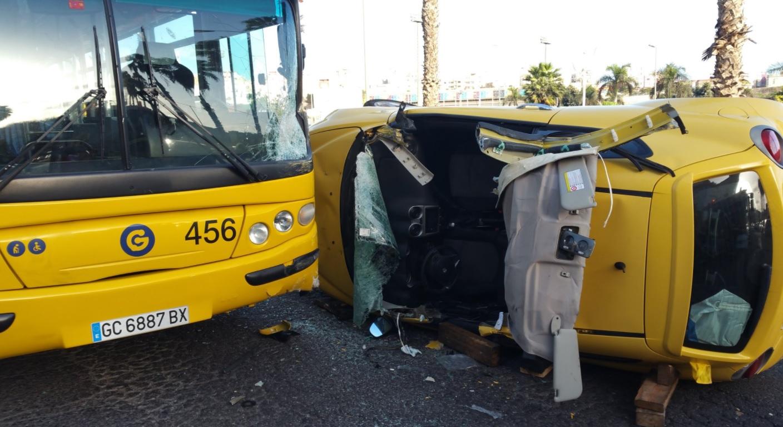 El aparatoso accidente entre una guagua y un coche deja doce heridos en Las Palmas de Gran Canaria