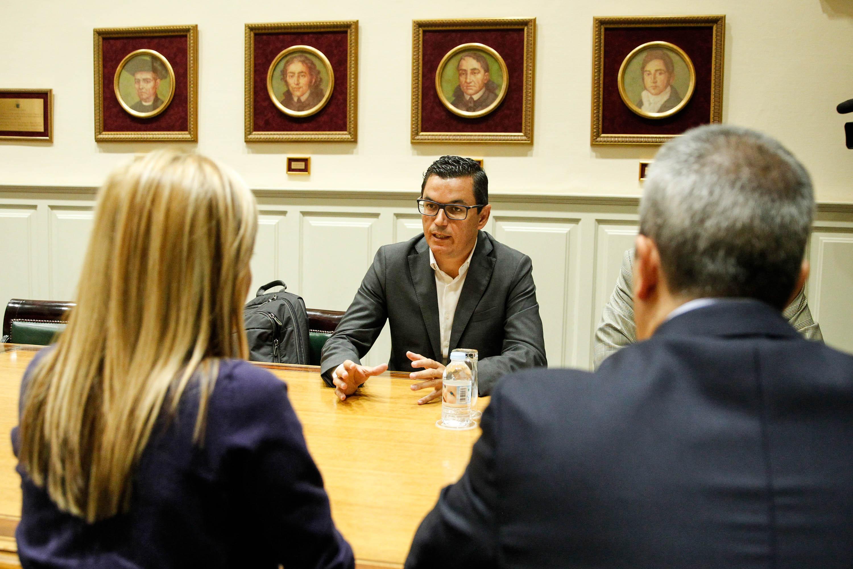 El vicepresidente del Gobierno de Canarias busca apoyos para que los canarios viajen más barato a la Península
