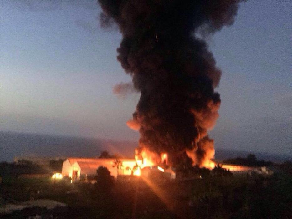 Arde una nave industrial en Tenerife