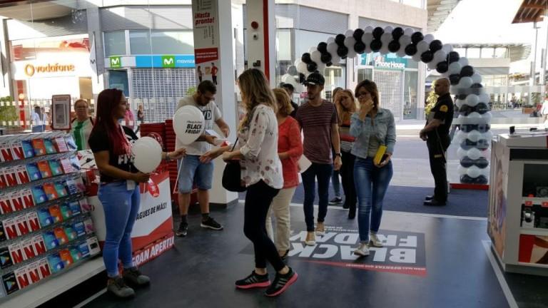 Los usuarios hacen cola para visitar el Centro Comercial Alisios en la nueva zona de compras de Tamaraceite
