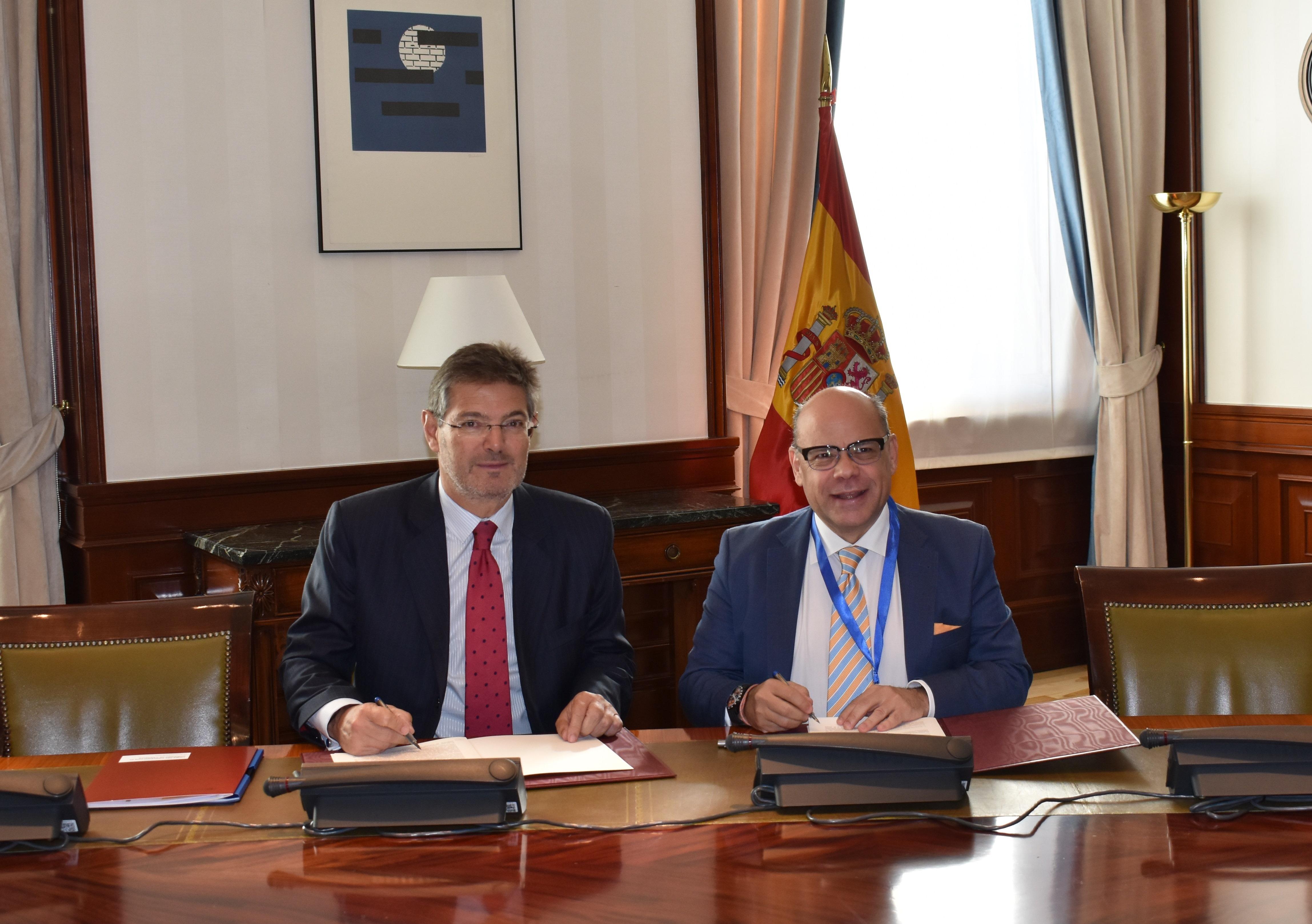 Catalá firma el pago de 374.000 euros para modernizar la Justicia en Canarias