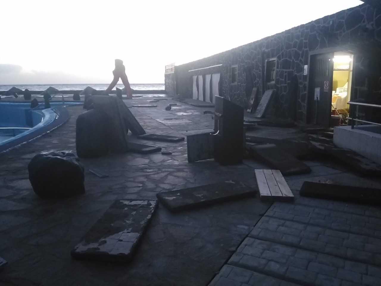 El fuerte oleaje de estos días ha provocado desperfectos en la Piscina Municipal