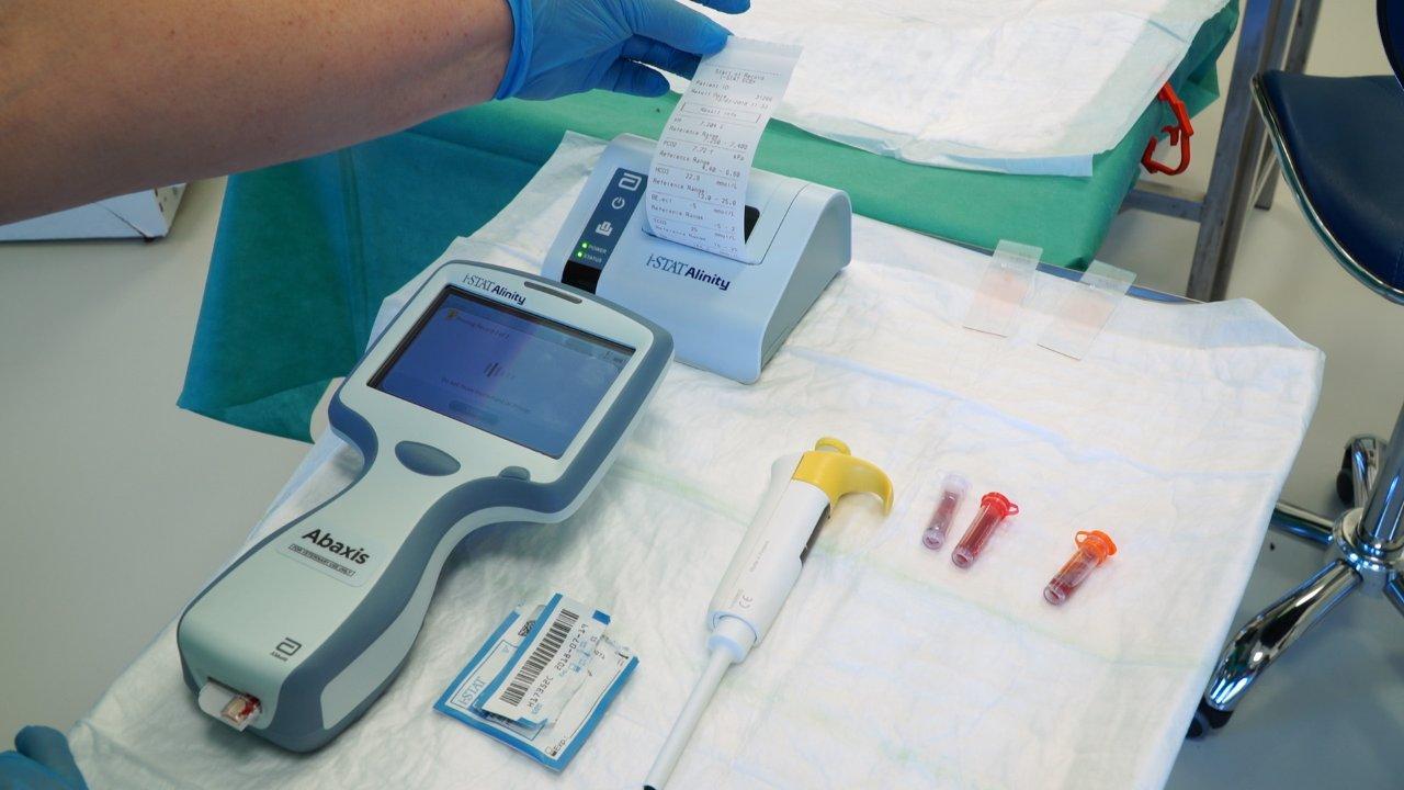 Loro Parque Fundación recibe un equipo portátil único para la realización de análisis de sangre