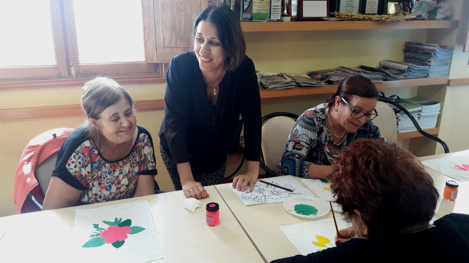 El Taller Pintura en Tela de Antigua comienza con una veintena de participantes