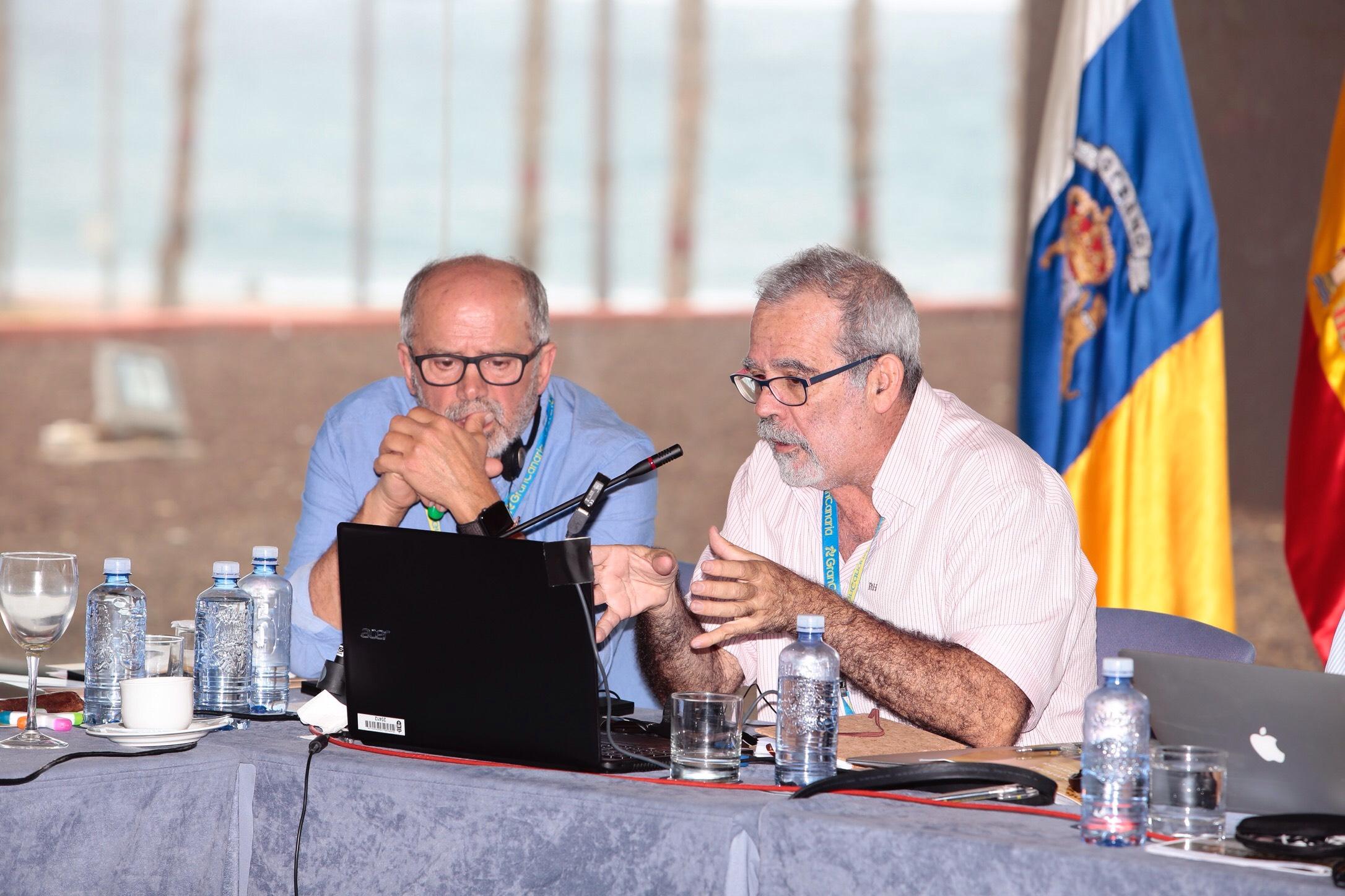 Los arqueólogos Julio Cuenca y José de León defienden la nominación de Risco Caído ante expertos de la Unesco