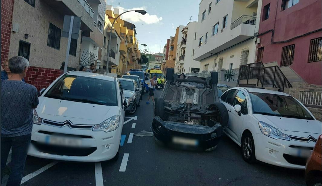 Vuelca un vehículo en Santa Cruz de Tenerife