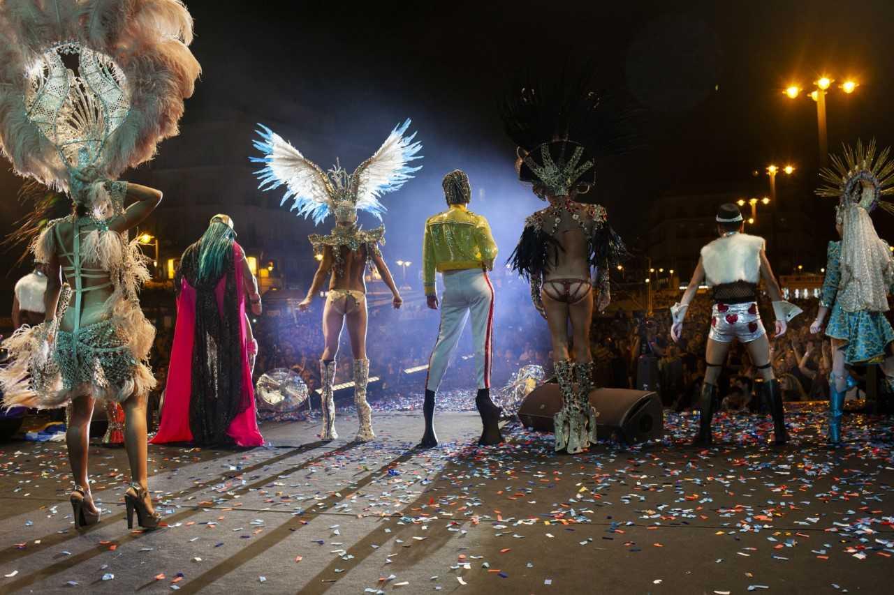 La reina y las drags del carnaval de las palmas de gran canaria brillan en la puerta del sol - Autoescuela gala puerta del sol ...