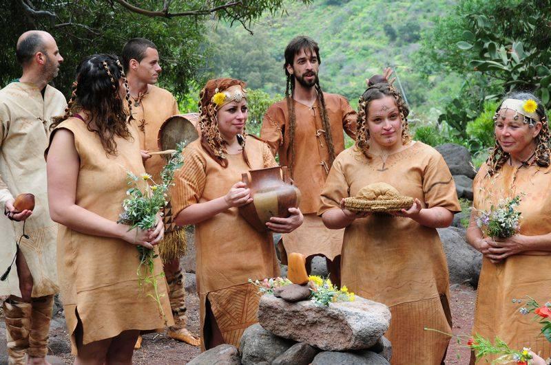 La cultura de los aborígenes canarios se recrea en un desfile en Arucas