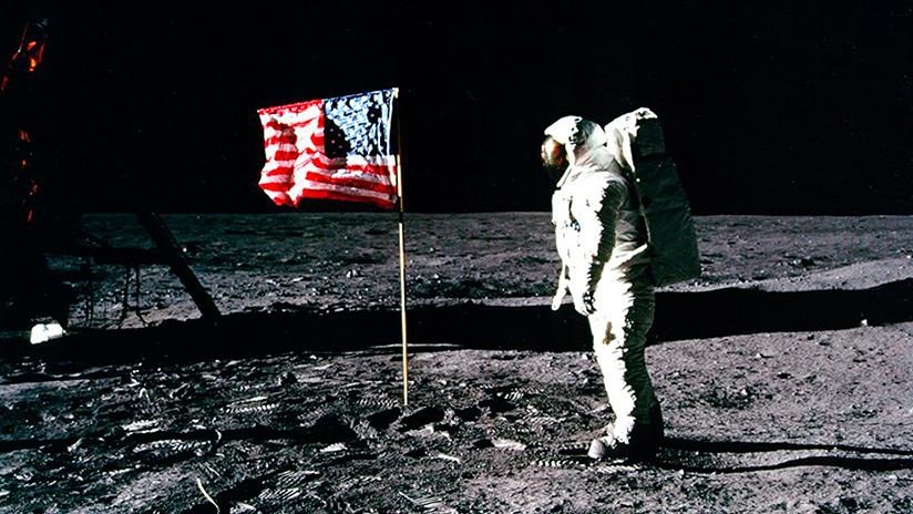 Astronauta en la Luna con bandera de EEUU