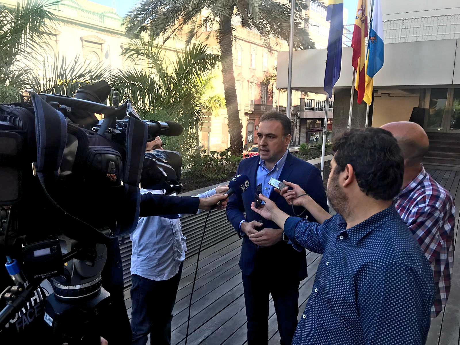 Carlos Ester con periodistas